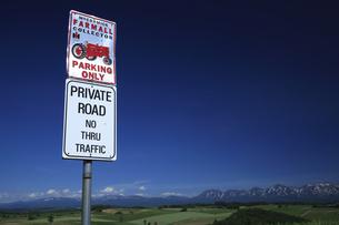 トラクターの標識と十勝連山の写真素材 [FYI04203218]