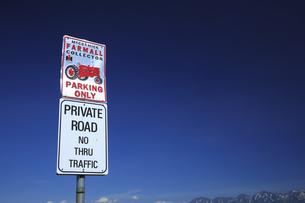 トラクターの標識と十勝連山の写真素材 [FYI04203221]
