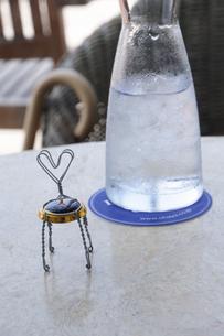 テーブル上の冷水とメニュー置きの写真素材 [FYI04203560]