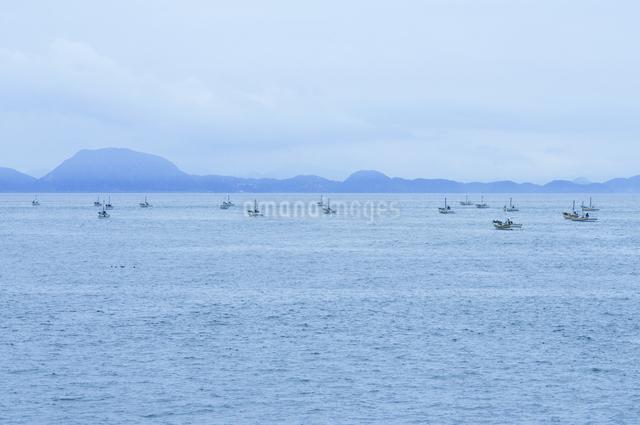 帰港する漁船の写真素材 [FYI04204018]