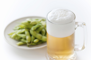 ジョッキのビールと枝豆の写真素材 [FYI04204059]