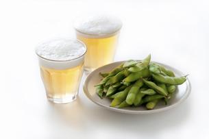 グラスのビールと枝豆の写真素材 [FYI04204069]