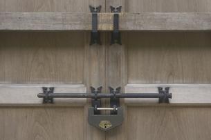 神社の蔵の鍵の写真素材 [FYI04205192]