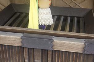 神社の賽銭箱の写真素材 [FYI04205195]