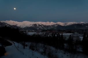 白馬村から臨む月照の北アルプス(冬)の写真素材 [FYI04205489]