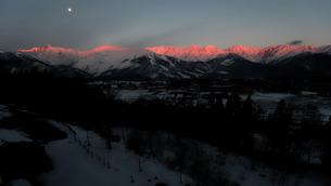 白馬村からの北アルプス朝焼け(冬)の写真素材 [FYI04205490]