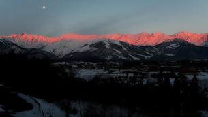 白馬村からの北アルプス朝焼け(冬)の写真素材 [FYI04205495]