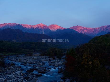 白馬大橋からの朝焼け(秋)の写真素材 [FYI04205514]