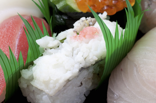 鱧寿司のアップの写真素材 [FYI04205742]