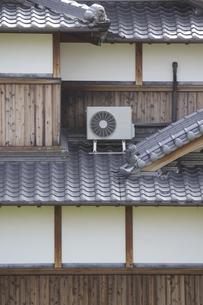 伝統的な日本家屋に設置したエアコンの室外機の写真素材 [FYI04205975]