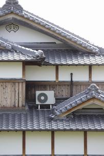 伝統的な日本家屋に設置したエアコンの室外機の写真素材 [FYI04205976]