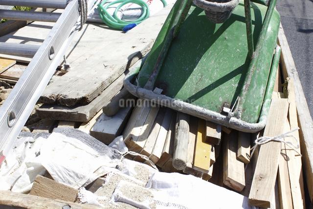 廃材を積んだトラックの荷台の写真素材 [FYI04206241]