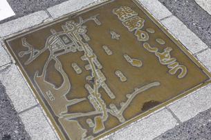 道路に埋め込まれた熊野街道の道案内図の写真素材 [FYI04206305]
