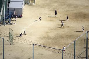 小学校のグラウンドでのソフトボールの写真素材 [FYI04206339]
