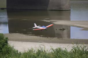 飛んでいるラジコン飛行機の写真素材 [FYI04206415]