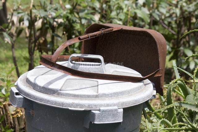 庭のゴミ箱とチリトリの写真素材 [FYI04206433]