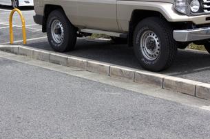 歩道に停めた迷惑駐車の写真素材 [FYI04206447]