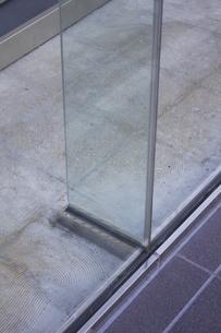 ビルのガラス壁面を補強する強化ガラスの写真素材 [FYI04206584]