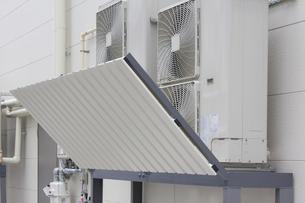 エアコン室外機の風向パネルの写真素材 [FYI04206711]