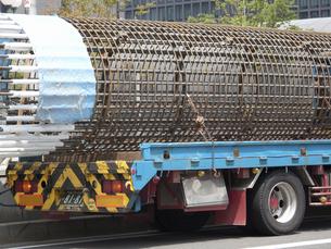 大型トレーラーに積まれた鉄筋の支柱の写真素材 [FYI04206843]