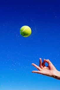 テニスボールと青空の写真素材 [FYI04206916]