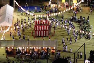 町内会の納涼盆踊り大会の写真素材 [FYI04206928]