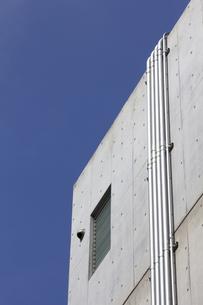コンクリー,建物,配管,青空,空,の写真素材 [FYI04207059]