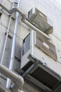 建物,外壁,エアコン,空調機,空調,クーラー,ヒーター,冷房,暖房,室外機,の写真素材 [FYI04207063]