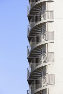 マンション,螺旋状,螺旋階段,非常階段,階段,青空,空,の写真素材 [FYI04207066]