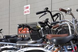 歩道の自転車の迷惑駐輪の写真素材 [FYI04207204]