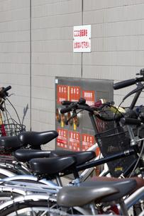 歩道の自転車の迷惑駐輪の写真素材 [FYI04207206]