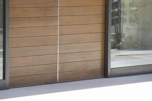 マンションの玄関の木製の自動扉の写真素材 [FYI04207375]