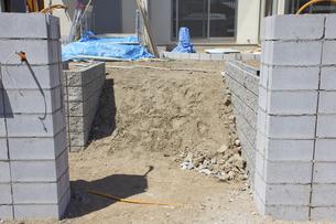 一戸建て住宅のブロック外壁工事の写真素材 [FYI04207403]