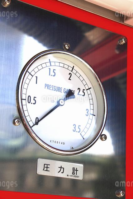消防自動車の放水の圧力計の写真素材 [FYI04207485]