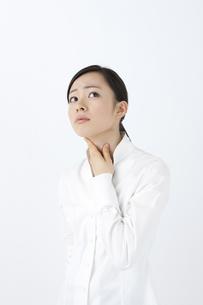 喉を押さえる女性の写真素材 [FYI04208353]