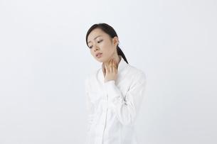 喉を押さえる女性の写真素材 [FYI04208354]