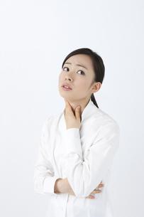 喉を押さえる女性の写真素材 [FYI04208355]