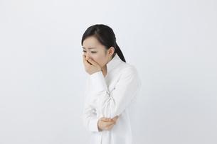 咳をする女性の写真素材 [FYI04208359]
