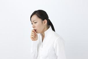 咳をする女性の写真素材 [FYI04208362]