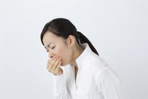 咳をする女性の写真素材 [FYI04208365]