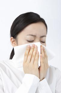 鼻を咬む女性の写真素材 [FYI04208381]
