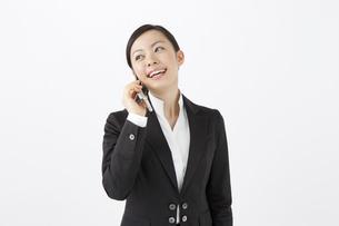 携帯電話で会話をするOLの写真素材 [FYI04208507]