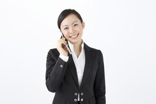 携帯電話で会話をするOLの写真素材 [FYI04208509]