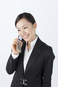 携帯電話で会話をするOLの写真素材 [FYI04208513]