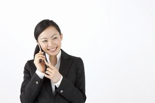 携帯電話で会話をするOLの写真素材 [FYI04208516]