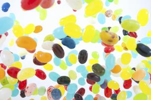 飛び上がるゼリービーンズの写真素材 [FYI04208669]