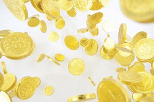 飛び上がる金貨の写真素材 [FYI04208728]