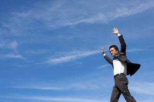 青空とビジネスマンの写真素材 [FYI04208743]
