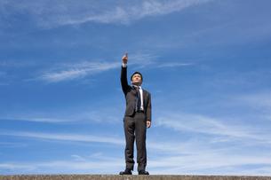 青空とビジネスマンの写真素材 [FYI04208745]