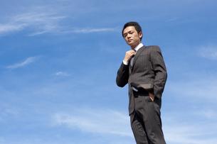 青空とビジネスマンの写真素材 [FYI04208746]